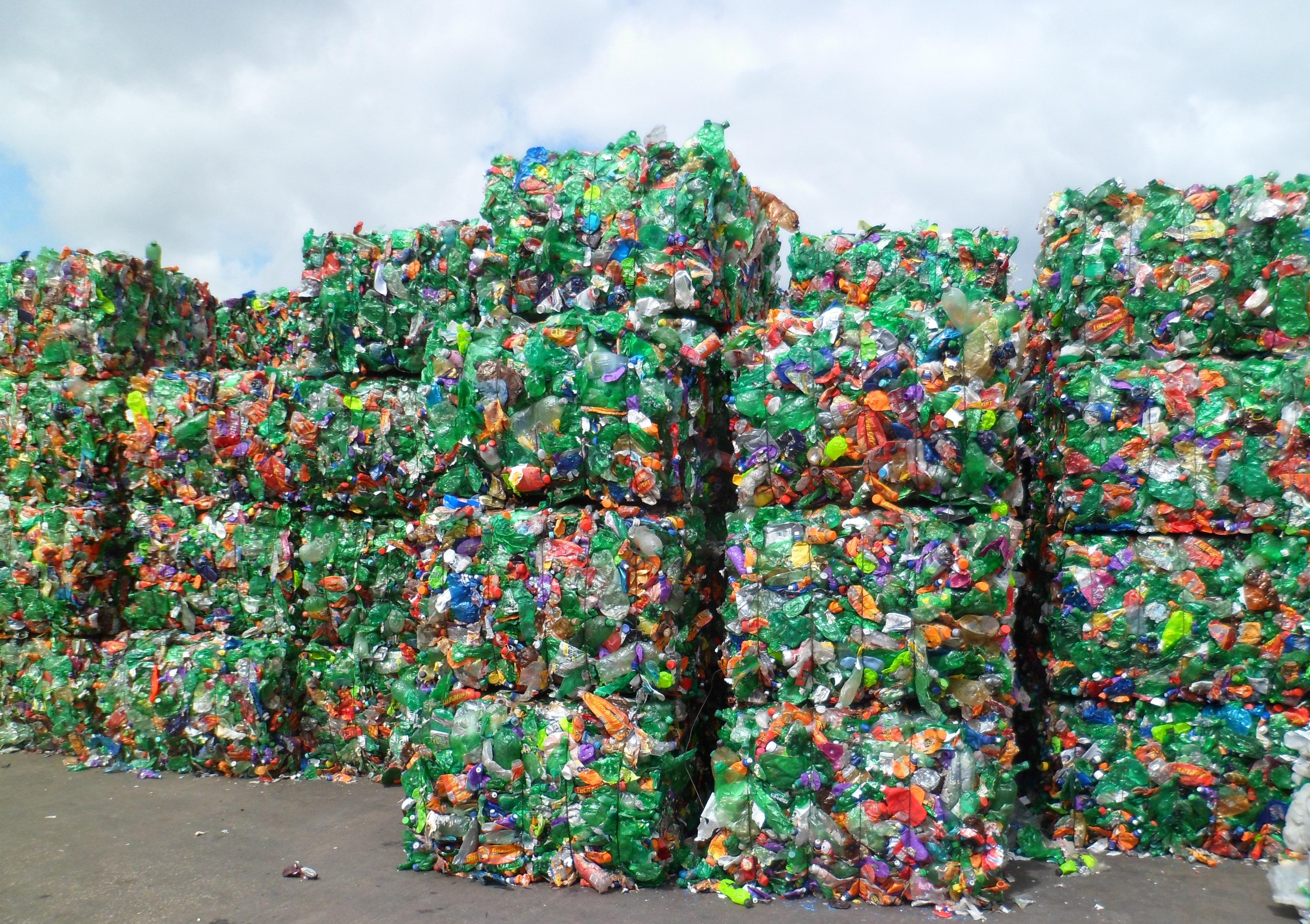 Serius Sayangi Bumi Ikuti Tips Daur Ulang Plastik Ini